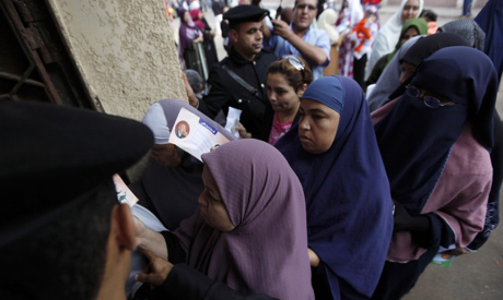 Women voters line up in a voting station in Alexandria, Photo: AP