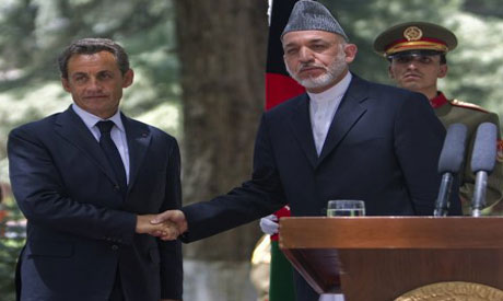 Afghan President Karzai shakes hands with the his French counterpart Sarkozy in Kabul (photo by Reut