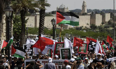 Israeli and Palestinian peace activists hold flags to support the Palestinian state (Reuters photo)