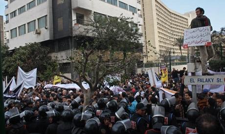 Rights activist Haitham Mohamedain leads chants near Parliament (Photo: Mai Shaheen)