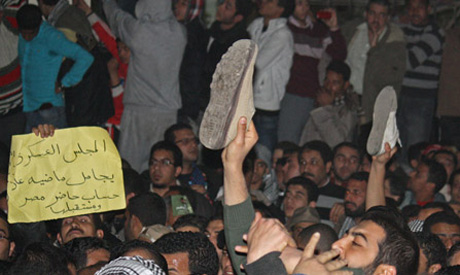 Protesters raise shoes in sign of disrespect at MB (Photo: Mai Shaheen)