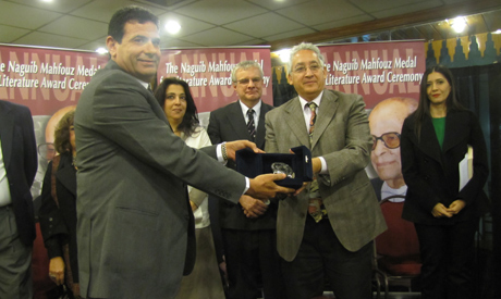 Ezzat El-Kamhawi receiving his award