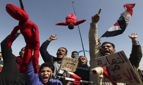 Protesters at Mubarak trial with signs calling for the execution of former president
