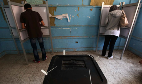 Mohamed (L) and his wife Magda vote at a polling station in Giza, on the outskirts of Cairo (Reuters