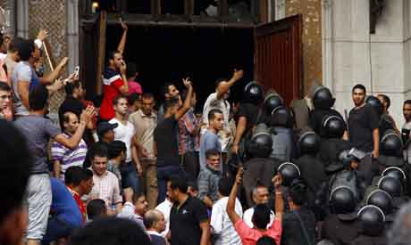 Egypt police forces attempt to storm and clear Al-Fath mosque