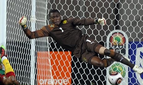 Goalkeeper Idriss Carlos Kameni (R) of Cameroon