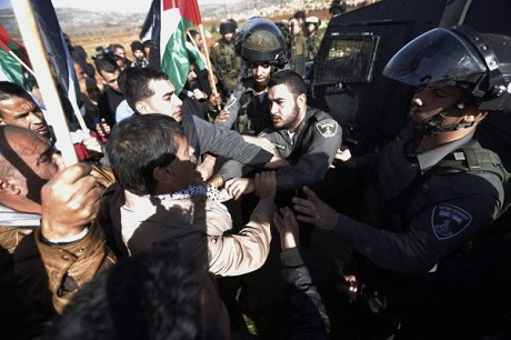 Palestinian Official scuffles with Israeli policeman