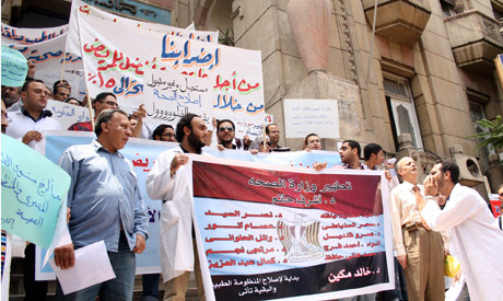 doctors demonstrating at the medical syndicate