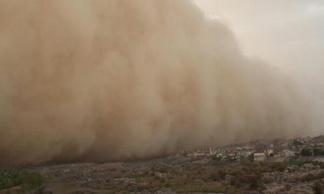 A massive sandstorm cloud rolls over Aswan