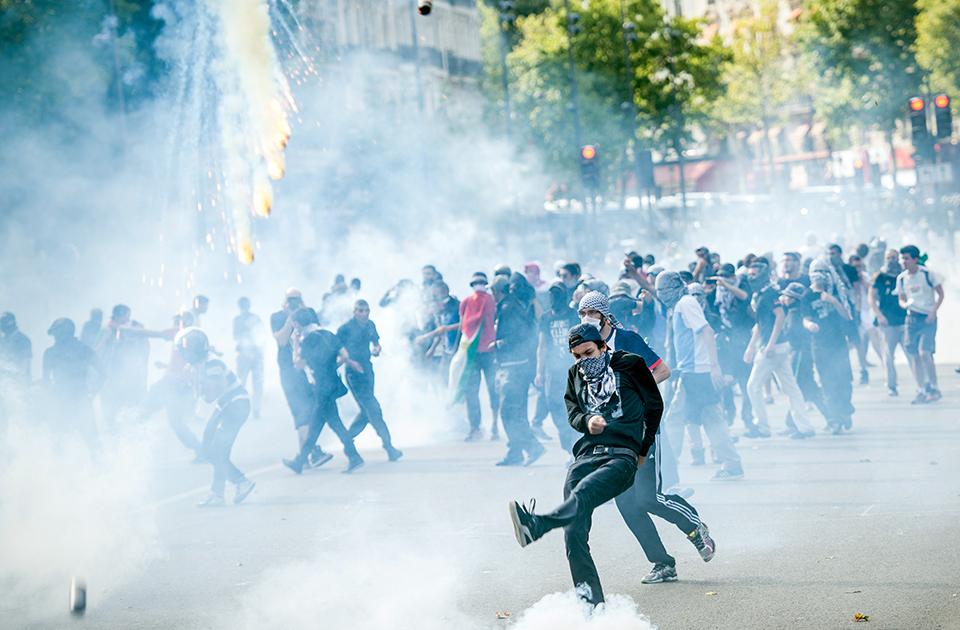 paris public viewing while protest