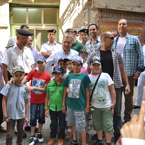 El-Damaty with the children who participated in the cleaning campaign