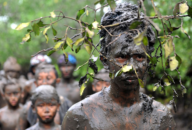 PHOTO GALLERY: Balinese purify themselves with mud bath ritual