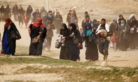 Displaced Iraqis flee their homes in Mamoun district