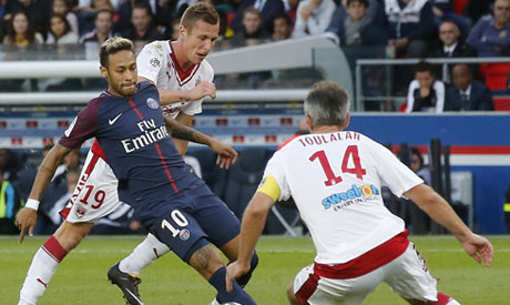 Friends again! Neymar hugs Cavani after converting PSG penalty