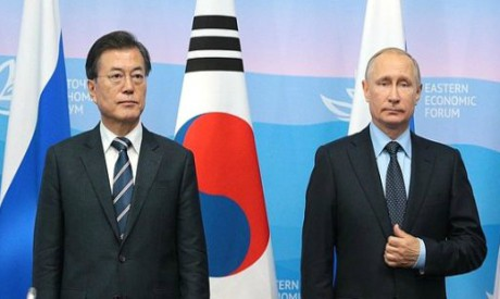 South Korea President Moon Jae-in (L) and Russian President Vladimir Putin