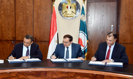ezz and mekkawy signing the agreement