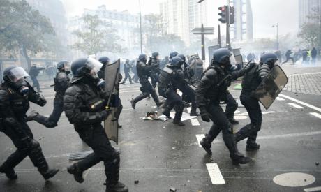 Riot mobile gendarmes run on place d