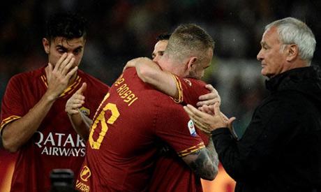 Roma legend Daniele De Rossi (C) and coach Claudio Ranieri (R) bid farewell at the Stadio Olimpico (
