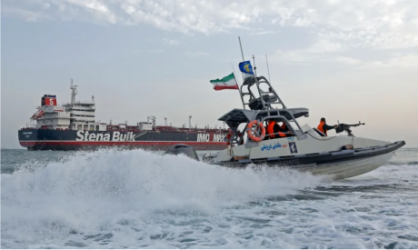 Iranian Revolutionary Guards and a British-flagged tanker (Photo: AFP)