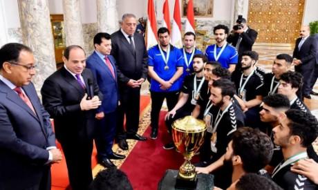 Sisi and U19 handball team