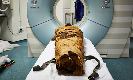 The mummy of Nesyamun, a priest who lived in Thebes about 3,000 years ago, ready for CT scanning.(Ph