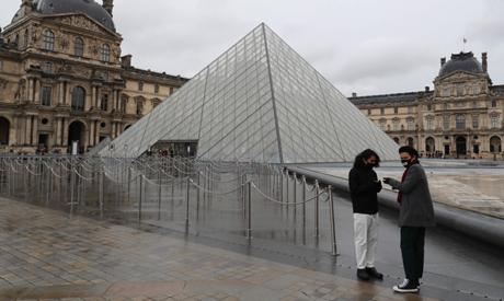 Paris' Louvre closes for staff meeting on coronavirus