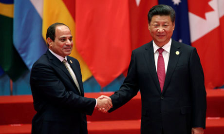 File photo: Chinese President Xi Jinping shakes hands with Egypt