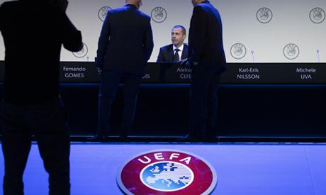 Delegates talk to UEFA President Aleskander Ceferin