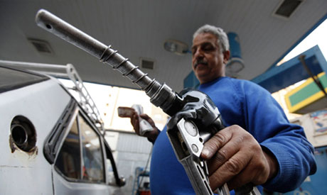 An employee of a petrol station fills a car tank in Cairo (Photo: Reuters)