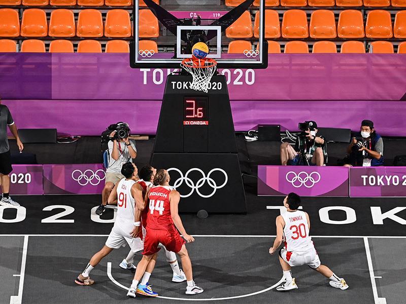 (From L) Japan s Tomoya Ochiai, Poland s Szymon Rduch and Japan s Keisei Tominaga look at the ball e