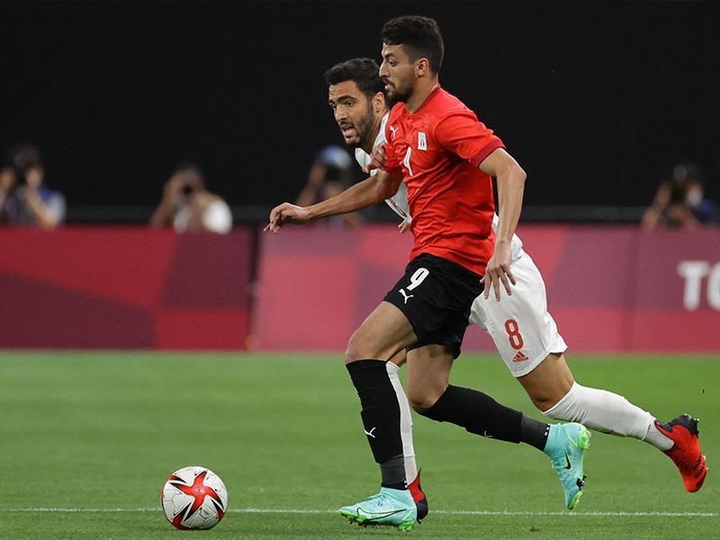 Egypt s winger Taher Mohamed Taher (C) runs with the ball past Spain s midfielder Mikel Merino (back