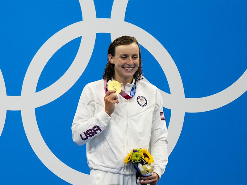 Kathleen Ledecky, of United States, poses after winning the gold medal in the women s 800-meter free