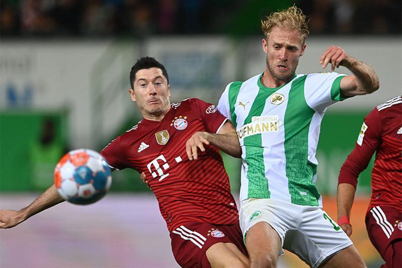Fuerth s midfielder Sebastian Griesbeck (R) and Bayern Munich s Polish striker Robert Lewandowski vi